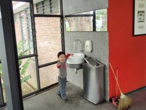 Seorang kanak-kanak riang berjumpa dengan sinki dan air!