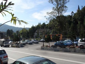 Foto parking kereta berdepan dengan Restoran Sri Brinchang di Tanah Rata