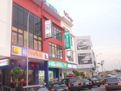 Pusat bandar Bukit Indah dengan deretan kedai dan pelbagai jenis perniagaan