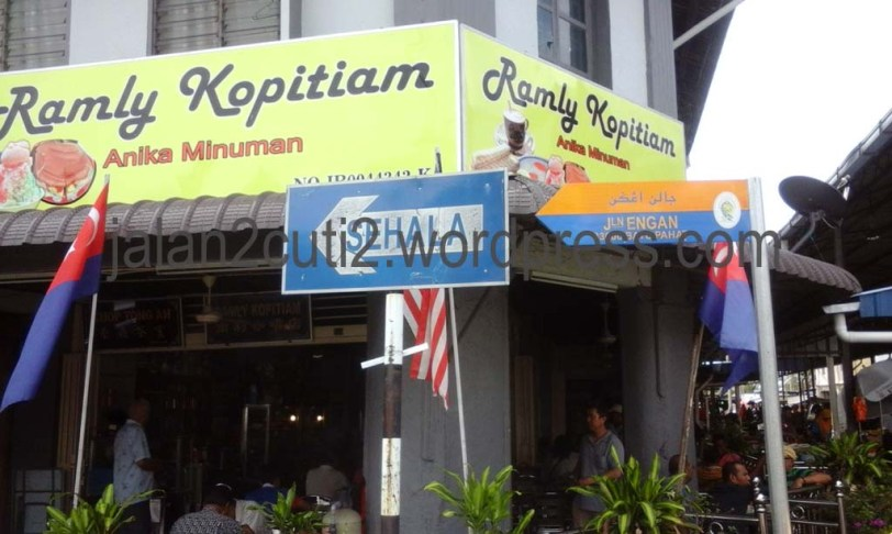 Ramly Kopitiam, bersebelahan jer dengan Pasar Pagi atau Pasar Lambak Jln Ibrahim , Batu Pahat, di tengah tengah town center.