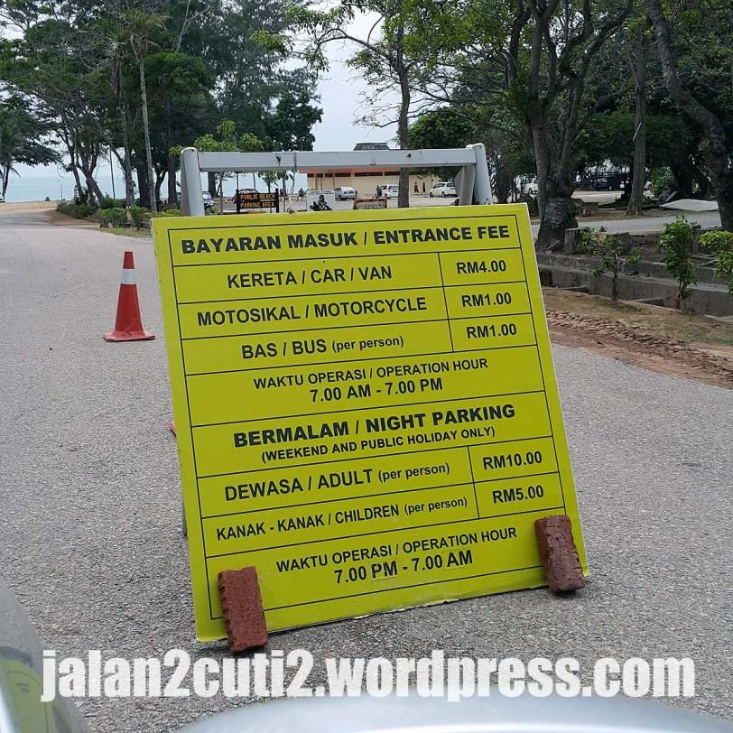 Papantanda yang tercongok di pintu masuk kawalan bayaran masuk untuk memasuki pantai awam Desaru