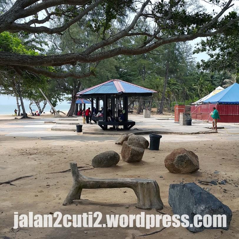 Pantai Desaru berbayar RM4 sekali masuk, memang dijaga, disapu dan digemburkan pasir pasir pantainya