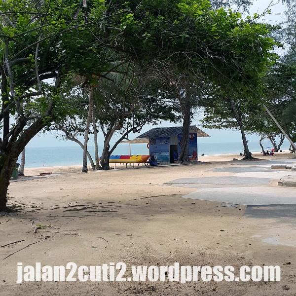 Foto atas : Pantai Desaru ni juga boleh korang nikmati service Banana Boat .Nikmatilah pemandangan Laut China Selatan di sini, pantai di sini juga selalu disapu dan digemburkan dengan jentera pembajak, jadi admeen agak berpuashai dgn bayaran masuk RM4 sekali tu.